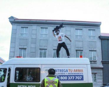 Homem Desafia Polícias Ao Dançar em Cima De Carrinha Policial Com Canção De Michael Jackson 3