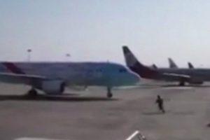 Funcionário Do Aeroporto Errou e Em Desespero Tentou Parar o Avião Com As Mãos 1