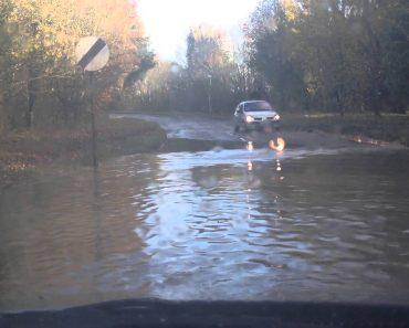 Condutor Tenta Atravessar Estrada Inundada... Mas Não Correu Como Esperava! 5