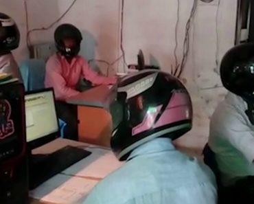 Funcionários Usam Capacete Dentro De Escritório Para Protegerem As Cabeças Da Queda Do Teto 7