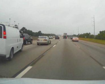 Trava para assustar o condutor que seguia na sua traseira e provoca acidente 2