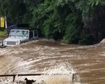Jipe Arrastado e Engolido Por Enorme Inundação Repentina 7
