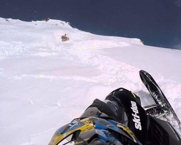 Homem Apanhado Por Enorme Avalanche Enquanto Andava De Mota De Neve 7