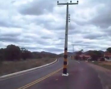 Homem Fica Incrédulo Ao Encontrar Poste Instalado No Meio Da Estrada 6