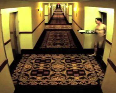 Hóspede De Hotel Fica Nú No Exterior Do Quarto Ao Trazer a Bandeja Do Jantar Ao Corredor 7