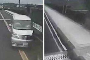 Camião Despista-se e, Por Sorte, Fica a Balançar Na Ponte 7
