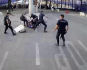 """Polícia Espanhola Defende-se De Atacante Armado Que Gritava """"Alá é Grande"""" Com Separador De Estrada 6"""