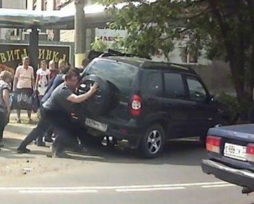 Motociclista Sofre Apenas Ferimentos Ligeiros Ao Ficar Debaixo De SUV Após Acidente 2