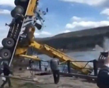 Guindaste Fica Destruído Ao Tentar Colocar Pesado Barco No Rio 3
