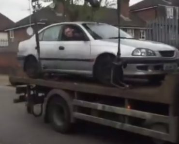 Condutor Idiota Reage De Forma Bizarra Para Evitar Que o Seu Carro Seja Rebocado 6