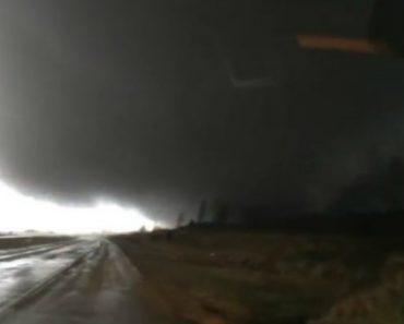 Condutor Filma Tenso Momento Em Que Tornado Passa Mesmo Em Frente à Sua Carrinha 8