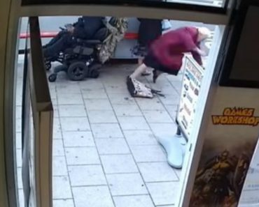 Homem Em Cadeira De Rodas Derruba 2 Idosas e Vai-se Embora Sem Demonstrar Qualquer Remorso 8