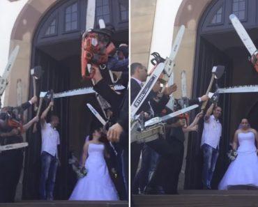 Em Vez De Arroz, Convidados Usam Motosserras Durante a Saída Dos Noivos Da Igreja 4
