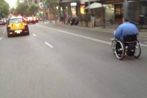 Homem Em Cadeira De Rodas Anda Velozmente Pelo Meio Dos Carros Em Estrada Movimentada 10