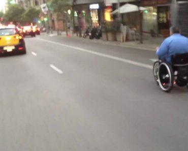 Homem Em Cadeira De Rodas Anda Velozmente Pelo Meio Dos Carros Em Estrada Movimentada 7