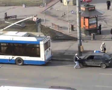 Russos Têm Ideia Inacreditável Para Rebocar Um Carro 2