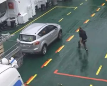 Condutor Apercebe-se Demasiado Tarde Que Se Esqueceu De Travar o Carro Após Entrar Em Ferry 5