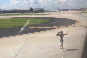 Homem Corre Pela Pista e Tenta Apanhar Avião Apenas Em Roupa Interior 10