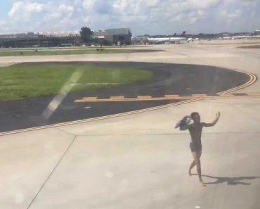 Homem Corre Pela Pista e Tenta Apanhar Avião Apenas Em Roupa Interior 4