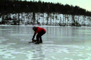 Homem Usa Motosserra Para Se Movimentar No Gelo 8