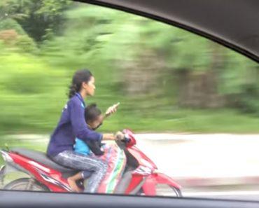 """Mãe Conduz Scooter Com Filho, Sem Capacete e a """"Teclar"""" No Smartphone 6"""