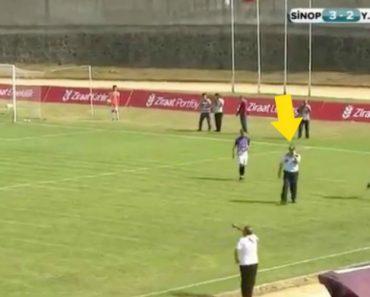 Polícia Distraído Ao Telefone Interrompe Jogo De Futebol 4