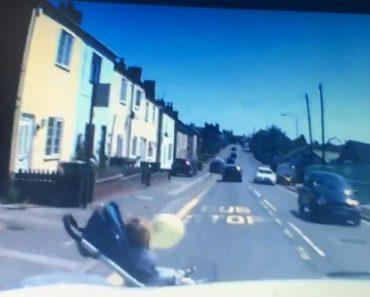 Captado Momento Assustador Em Que Carrinho De Bebé Desliza Para a Estrada 1