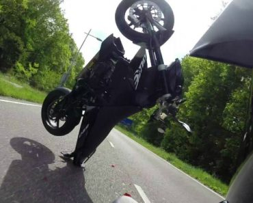 Motociclista Tenta Mostrar As Suas Habilidades Mas Acrobacia Termina Em Segundos 7