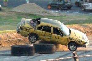 Nesta Corrida De Carros Os Condutores Competem Andando Para Trás 10
