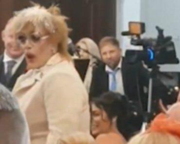 """Drag Queen Invade Casamento a Cantar """"Deveria Ser Eu"""" 4"""