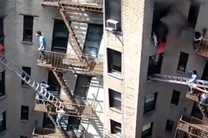Vizinhos Ajudam Homem a Escapar De Incêndio Num Apartamento 10