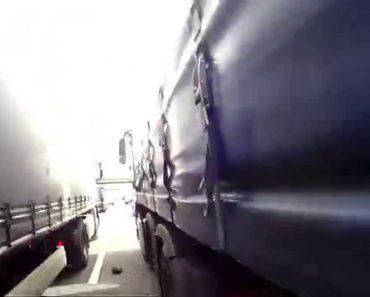 Motociclista Apressado Acaba Preso Entre Dois Camiões 5