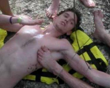 Jovem Com Ombro Deslocado Mantém a Calma Enquanto Explica Ao Amigo Como Voltar a Pô-lo No Lugar 8