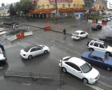 A Difícil Tarefa De Um Grupo De Trabalhadores Em Fechar Estrada Em Obras 8