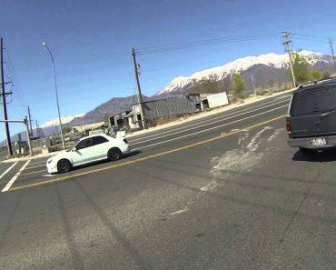 Motociclista Devolve Copo Pousado No Pára-Choques De Carro Em Movimento 6