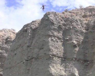 Jovem Corajoso Faz Salto Arriscado Para o Lago 7