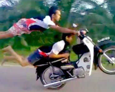 Jovens Arriscam a Vida a Fazer Manobras Inacreditáveis Com Uma Moto 3