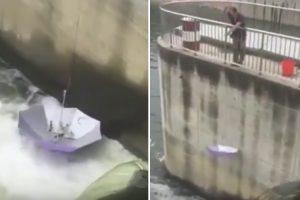 Homem Cria Nova Utilização Para Chapéu-de-chuva Ao Usá-lo Como Cana De Pesca 9
