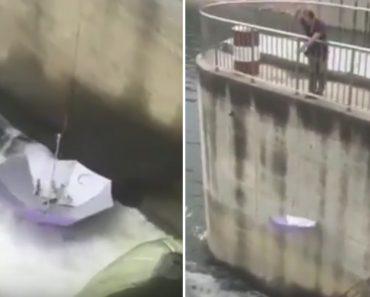 Homem Cria Nova Utilização Para Chapéu-de-chuva Ao Usá-lo Como Cana De Pesca 1