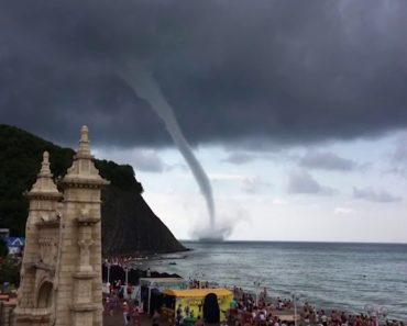 Vídeo Mostra Banhistas a Assistir Tranquilamente à Formação De Um Tornado 3