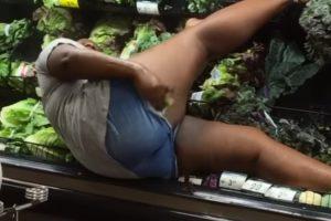 Num Supermercado, Mulher Usa Legumes... Como Se Estivesse No Duche 10