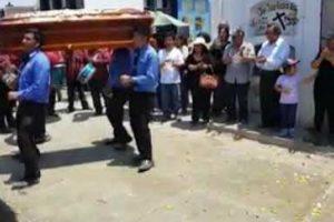 Alegria Não Faltou Neste Funeral Brasileiro Com Muita Música, Palmas e Dança 8