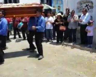 Alegria Não Faltou Neste Funeral Brasileiro Com Muita Música, Palmas e Dança 4