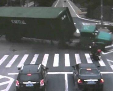 Motociclista Escapa Por Centímetros De Ser Esmagado Por Camião 2