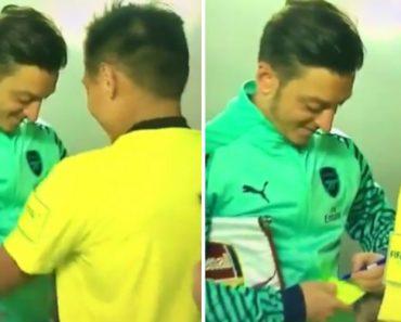 Jogador Do Arsenal Dá Autógrafo… No Cartão Amarelo Do Árbitro 1