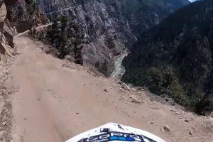 Motociclista Filma Descida Num Dos Caminhos Mais Perigosos Do Mundo 9