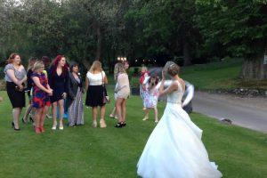 Noivo Chuta Bouquet De Flores No Momento Em Que Noiva o Atira Para As Convidadas 10