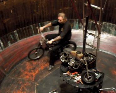 Homem Consegue Fazer o Poço Da Morte Usando Vários Veículos, Incluindo Uma Mini Moto 2