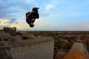 2 Jovens Desafiam a Morte Com Arriscadas Acrobacias No Topo De Edifícios 10