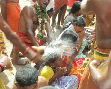 Sacerdotes Partem Cocos Na Cabeça Dos Devotos Em Doloroso Ritual Religioso 7